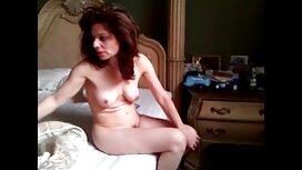 La jeune Aneta incroyablement sexy se déshabille vieille cochonne xxx et joue avec un gros gode qu'elle caresse doucement et s'insère dans sa chatte rasée.