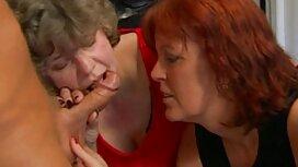 Aujourd'hui, les lesbiennes caressent vieilles femmes cochonnes leurs chattes à travers des collants.