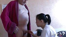 Gunda rousse vielles cochonne mature se masturbe avec un gode rouge.