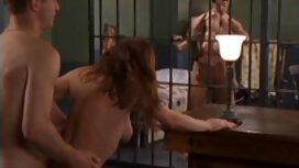 Une femme entre dans la pièce et voit son fils baiser, enlever sa culotte et se masturber, le gronder, mais le gars est tellement vieille cochonne x excité qu'il la frappe sur le lit et la baise dur