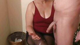 La fille sexy s'est assise dans vieille grand mere cochonne la bouche du mec avec sa chatte humide et l'a baisé