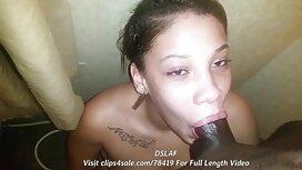 La jeune fille se déshabille devant vieille cochonne gros seins la caméra et suce la bite.