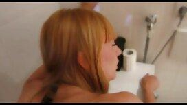 Un mec excité a foiré une jeune blonde et a commencé à la vieille femme cochonne baiser