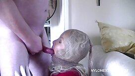 Mignonnes jeunes lesbiennes se lèchent dans le lit. vieille cochonne poilue