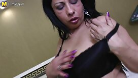 Une jeune fille noire juteuse, assoiffée d'une bouchée vieille mamie cochonne très sale, se retire dans une petite pièce avec un propriétaire noir d'une grosse bite géante, réconciliant cet énorme outil dans sa gorge profonde et sa chatte délicieuse.